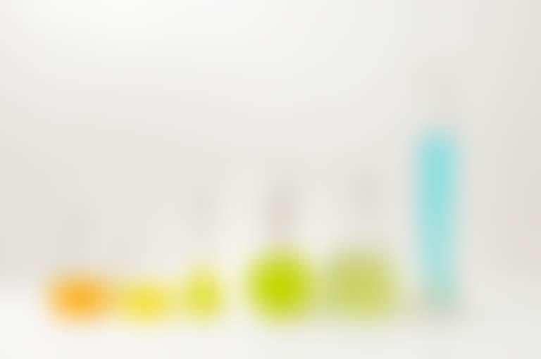Колбы и мензурки с разноцветными жидкостями
