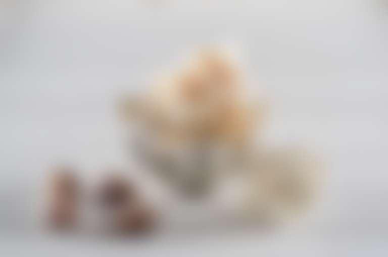разложены ингредиенты смягчающего крема для ног: ромашка, орехи, мед