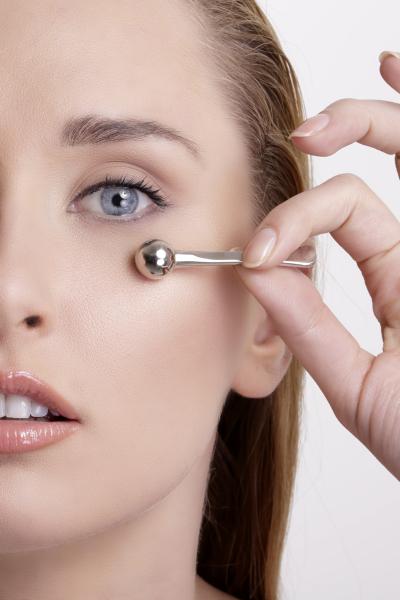 Уход за кожей вокруг глаз после 30 лет