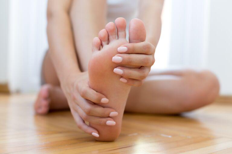 Почему трескается кожа на пятках у женщин