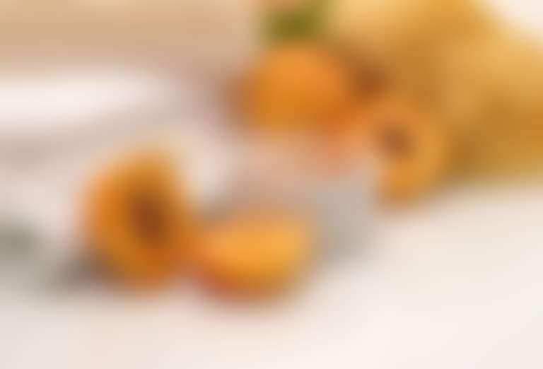 на столе лежат: абрикосы, мед, полотенца