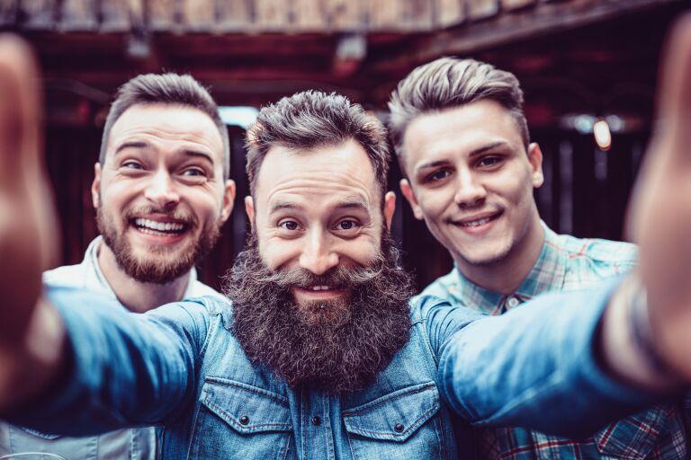 трое мужчин с разной растительностью на лице