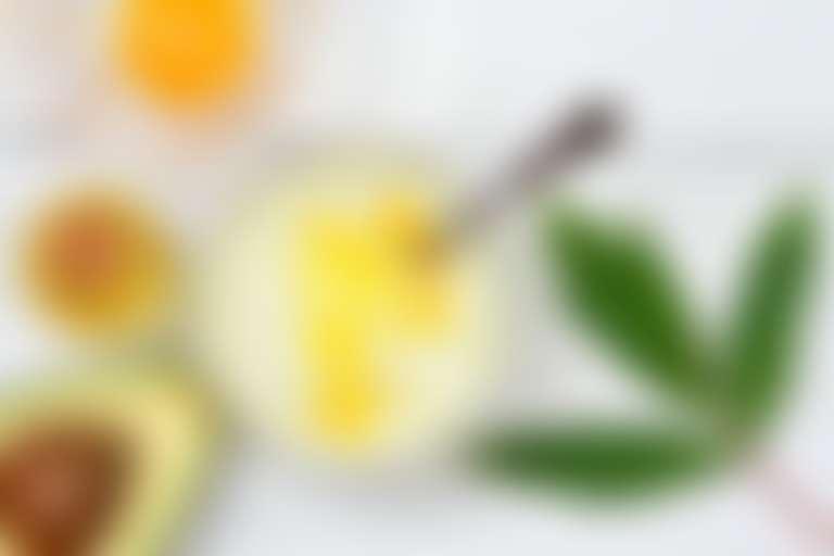На столе разложены авокадо, сметана, яйцо