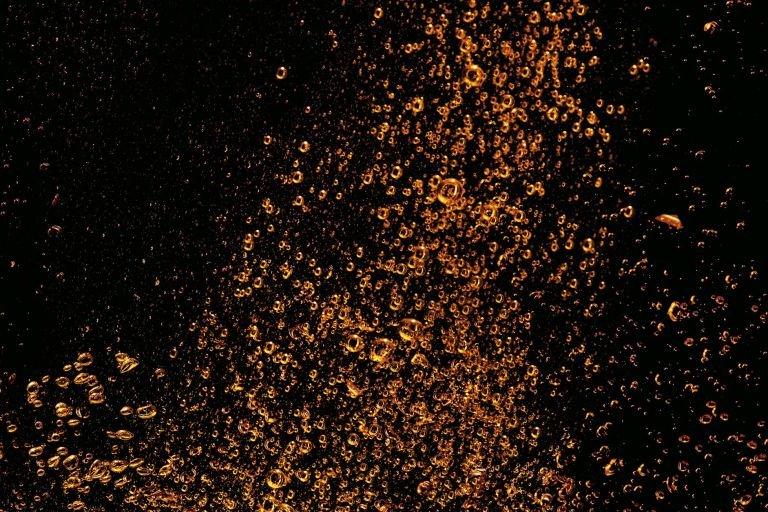 Оранжевые пузырьки на черном фоне