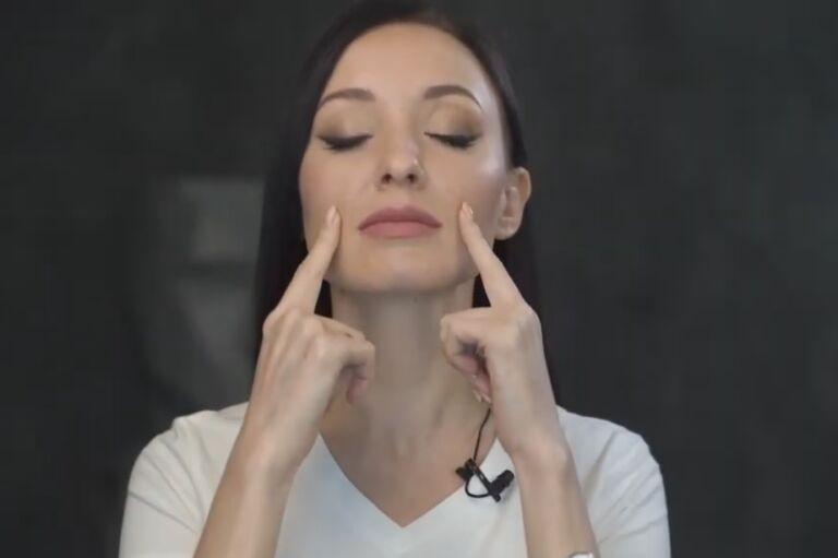 юлия сайфуллина делает точечный массаж лица