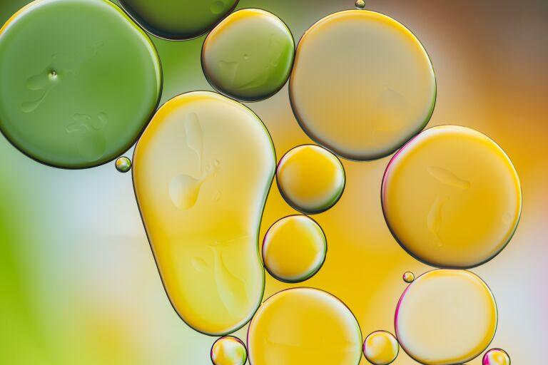 Разноцветные пузырьки масла в воде