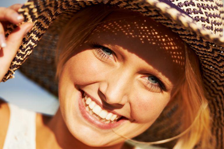 Девушка в шляпе солнечным днем, крупный план