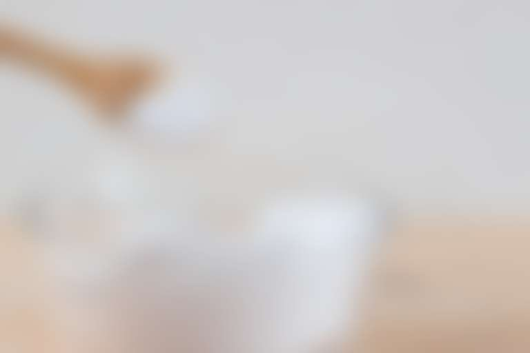 В стеклянную баночку с кремом добавляют на ложке соль