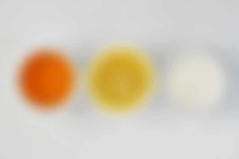 Три плошки с медом, лимоном и йогуртом