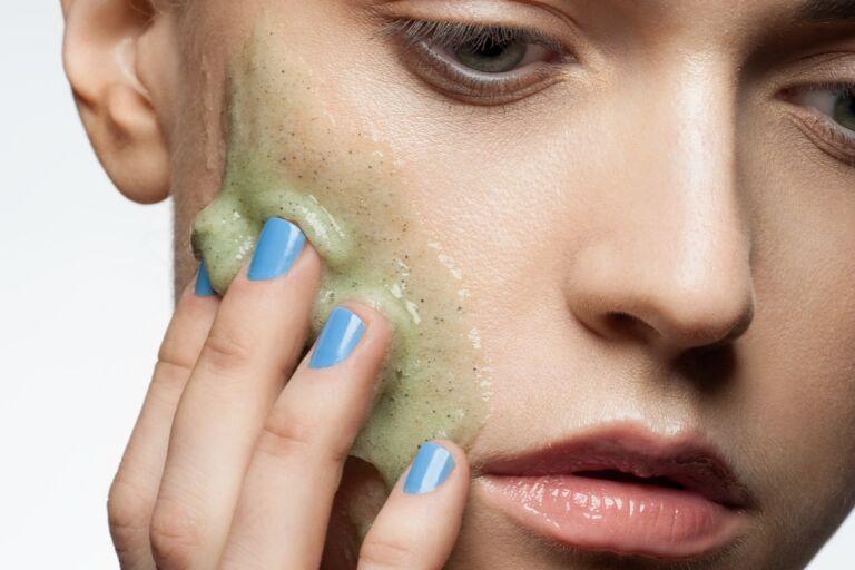 Прыщи на щеках у женщин причина
