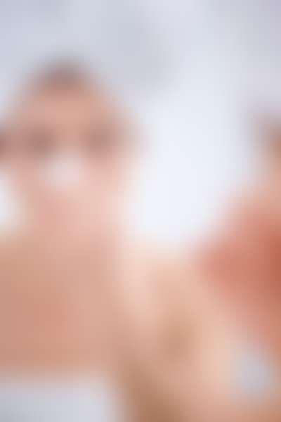 Девушка снимает с носа маску против черных точек