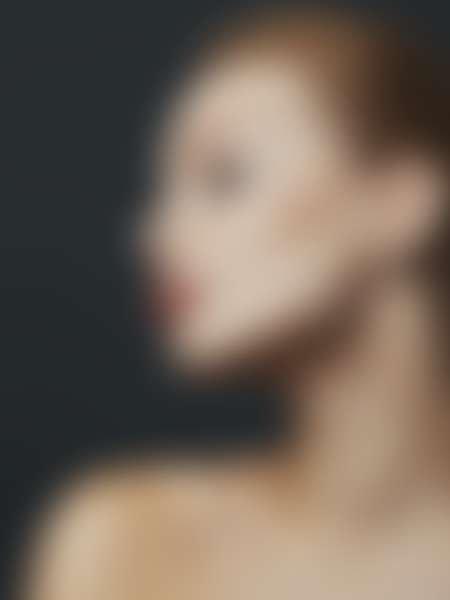 Профиль девушки с длинной шеей на темном фоне