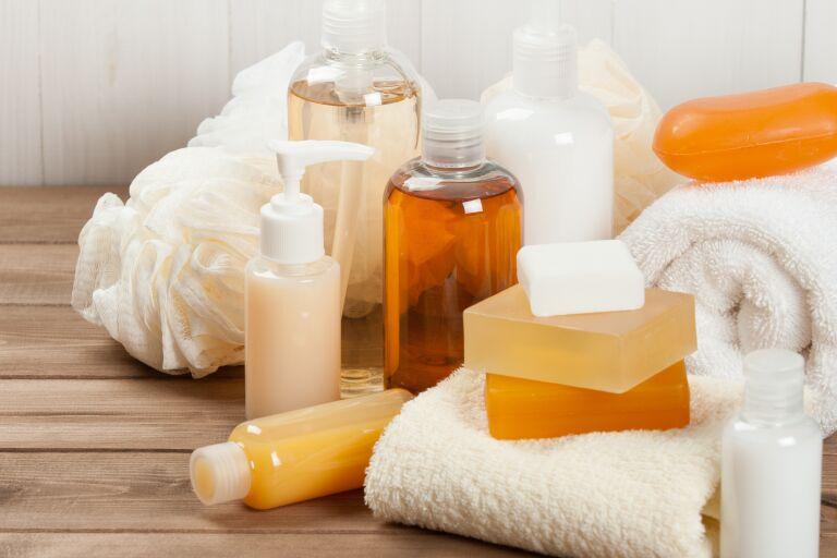 Композиция из гелей для душа, мыла, мочалки и банных полотенец