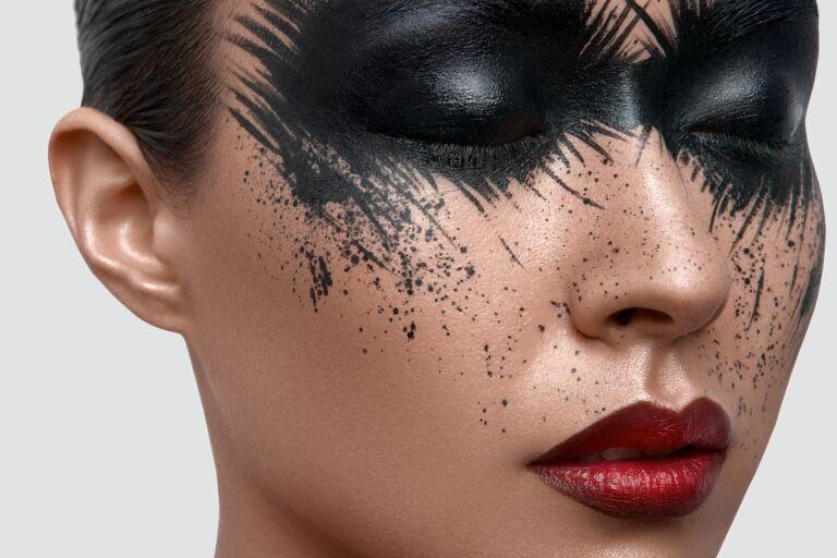 Девушка восточных кровей с арт-макияжем - черным накрашены веки и щеки