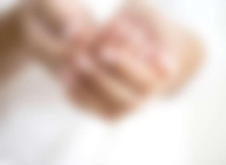 Руки, сложенные горстью, с водой для умывания