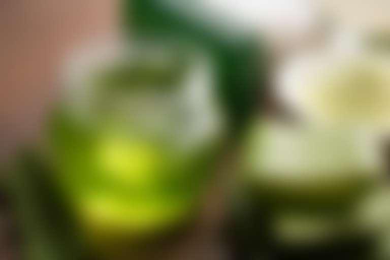 Листья алоэ и стеклянная банка с зеленым гелем
