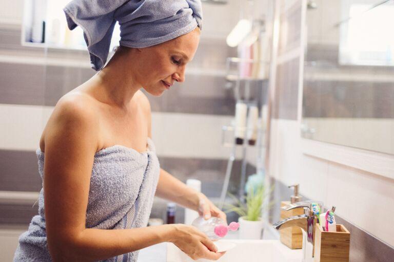 О мицеллярной воде для умывания: нужно ли смывать воду с кожи лица