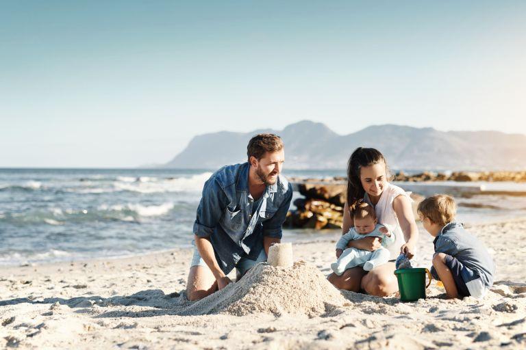 Семья на пляже. Мужчина c бородой