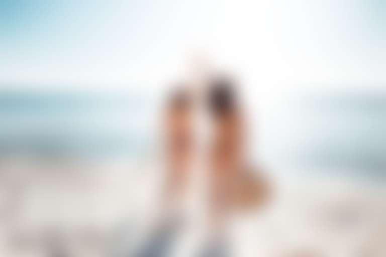 Две девушки на фоне моря без солнцезащитного средства
