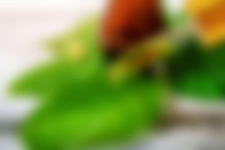 На широкие зеленые листья капают маслом