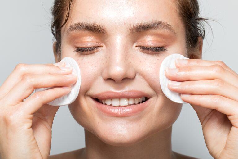Девушка смывает макияж с лица мицеллярной водой
