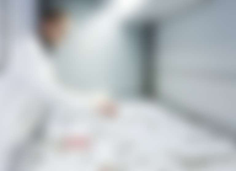 в лаборатории Виши специалист в белом халате распределяет баночки