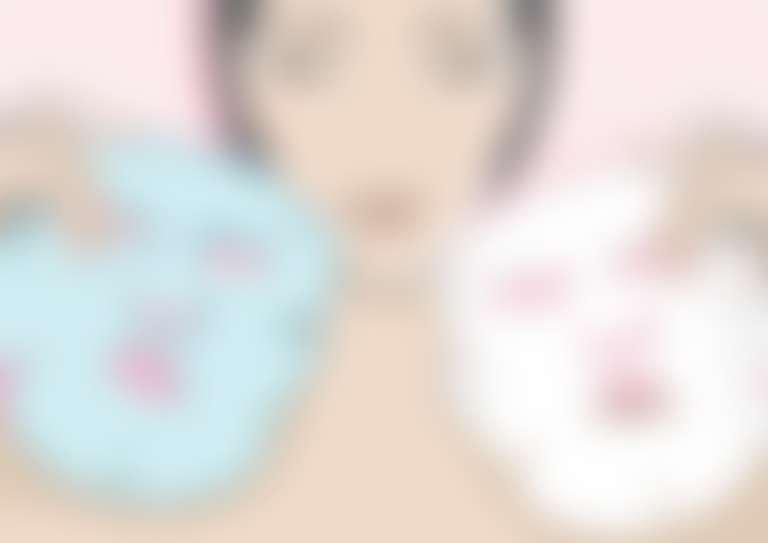 рисунок: темноволосая девушка держит две тканевые маски
