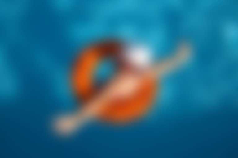 Девочка в панаме и солнцезащитных очках в бассейне.