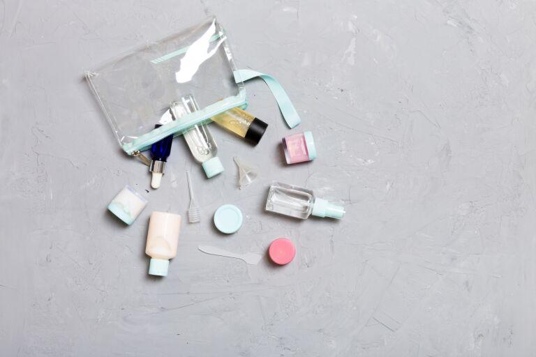 На столе разложены разнообразные косметические средства