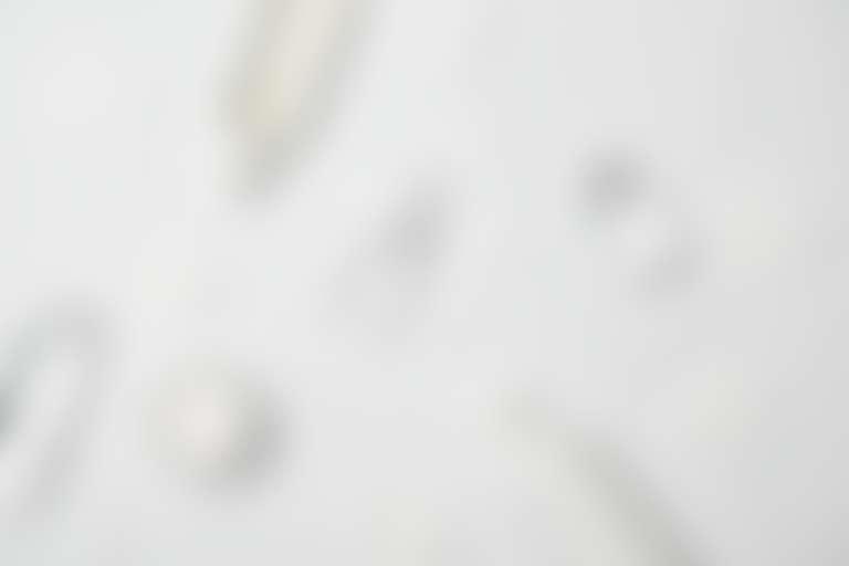 Разложены: флаконы из-под разных средств, ватные диски, ушные палочки