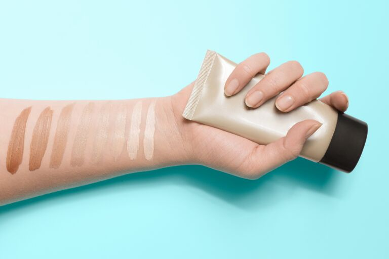 Свотчи тональных кремов разных оттенков на руке
