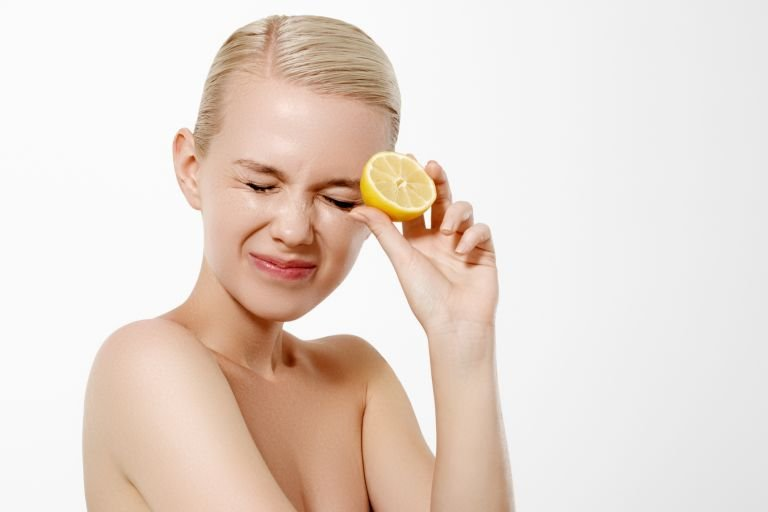 Блондинка половинкой лимона в руках