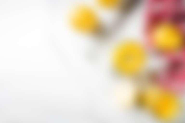 Лимоны, лимонное пюре в баночке и венчик для взбивания с клетчатым кухонным полотенцем