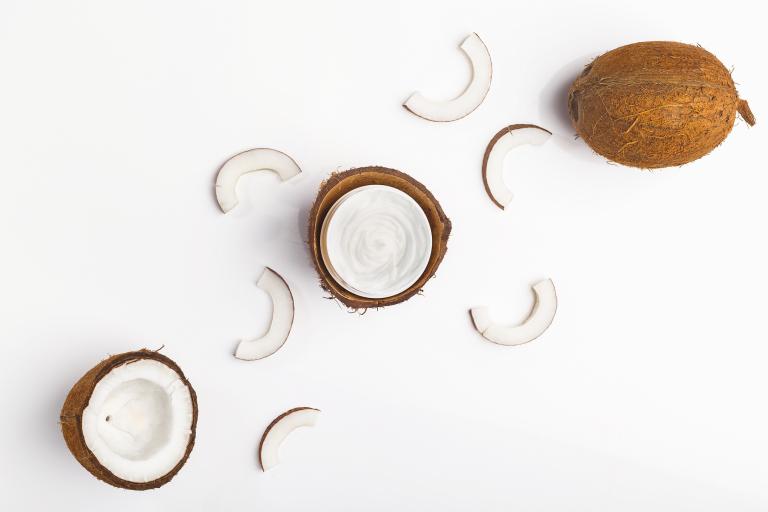 на полотне разрезанный кокос