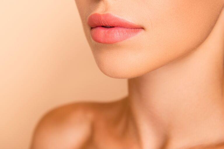 Нижняя половина лица девушки с пухлыми губами