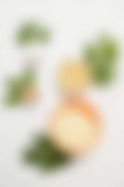 Круглые открытые банки разного размера с кремами