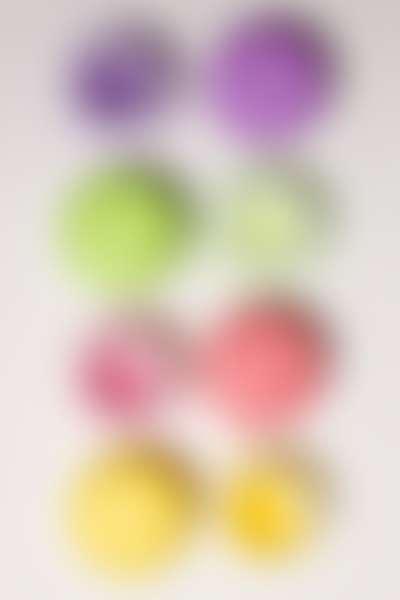 Разноцветные открытые баночки с бальзамами для губ