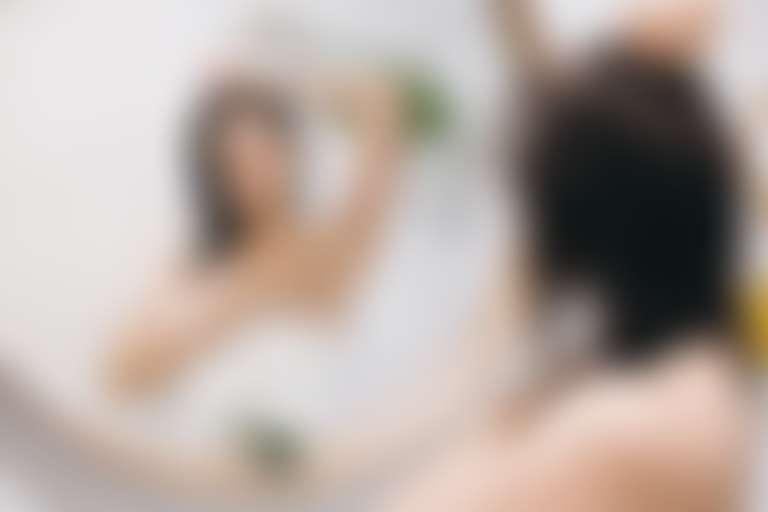 Девушка рассматривает в зеркале зону подмышек
