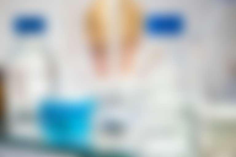 Бутылочки и баночки на полочке в ванной