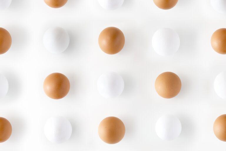 Яйца двух цветов в шахматном порядке – ассоциация с закрытыми комедонами.