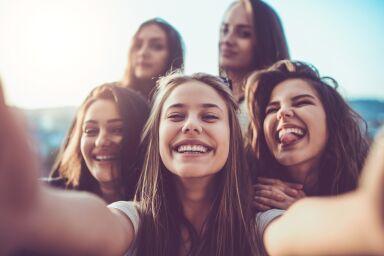 Как подросткам ухаживать за кожей лица: универсальные средства