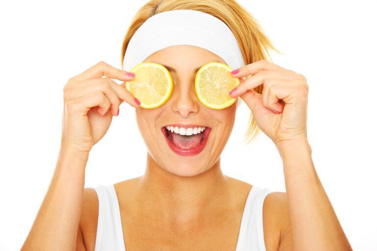 Девушка с двумя кружочками лимона — главного природного отбеливателя кожи.
