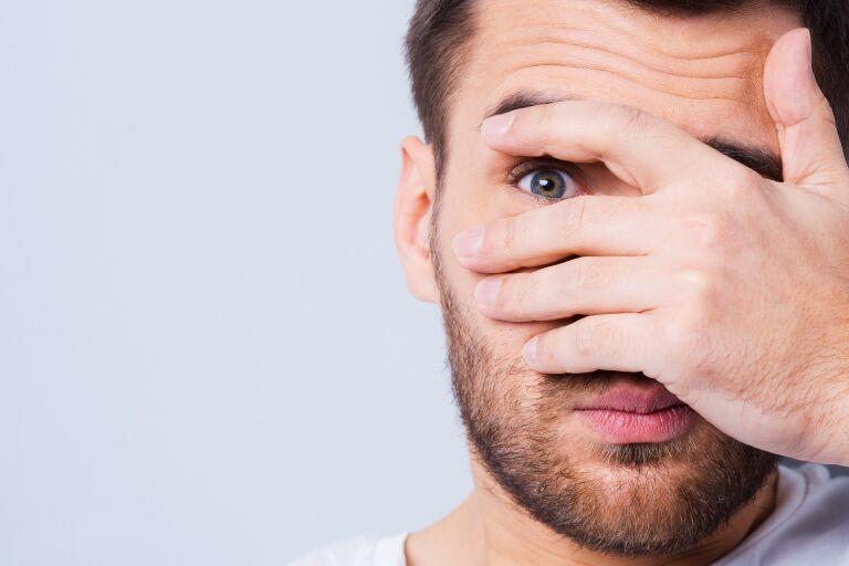 Мешки под глазами у мужчин: причины