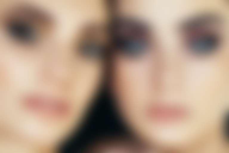 Крупный план двух девушек с ярким макияжем глаз