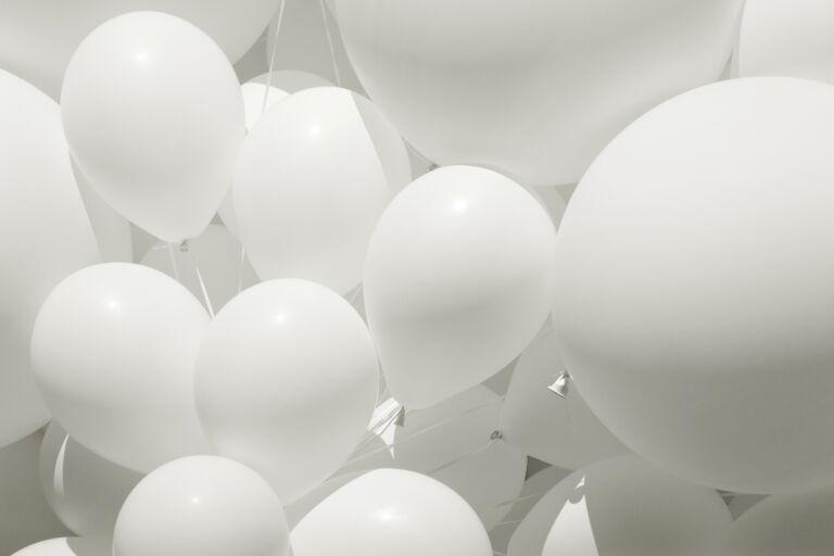 Воздушные белые матовые шары, иллюстрирующие милиумы