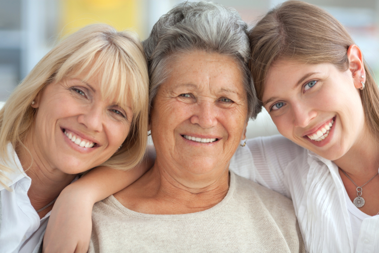 Семейное фото: бабушка, дочь и внучка.