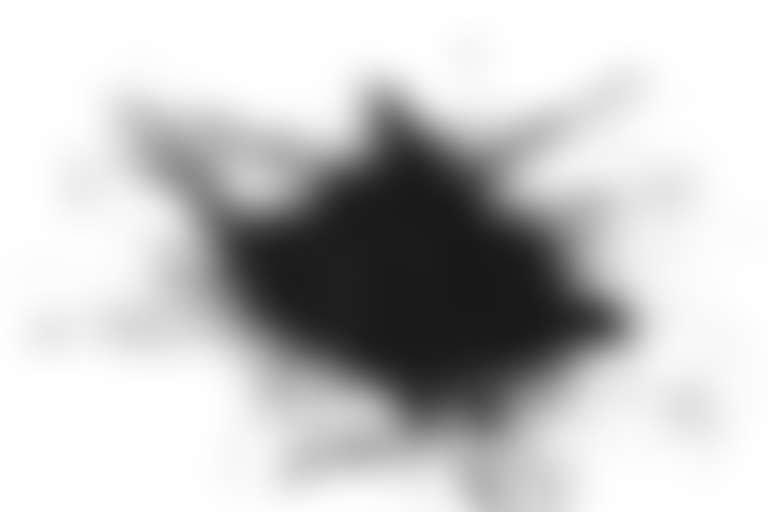 Раскрошенный активированный уголь на белой поверхности