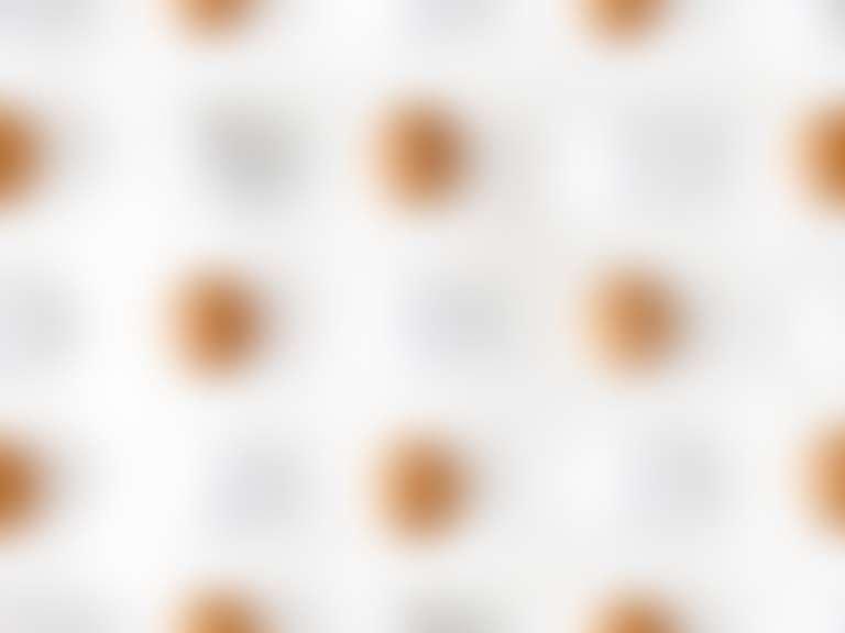 На столе разложены разноцветные яйца, как ассоциация с пигментными пятнами