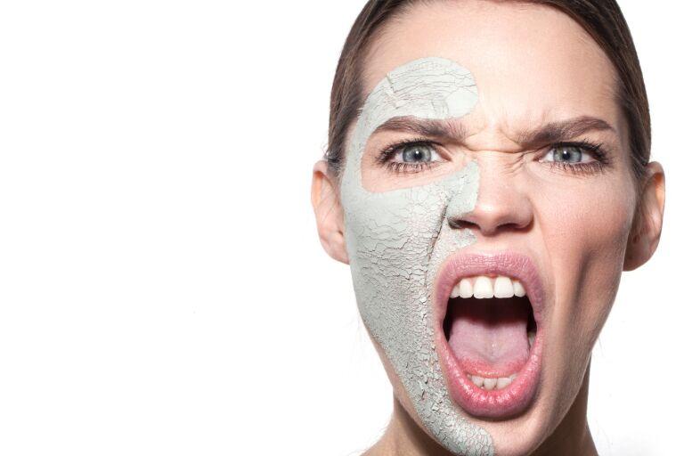 Девушка с маской на половине лица открыла рот в возмущении