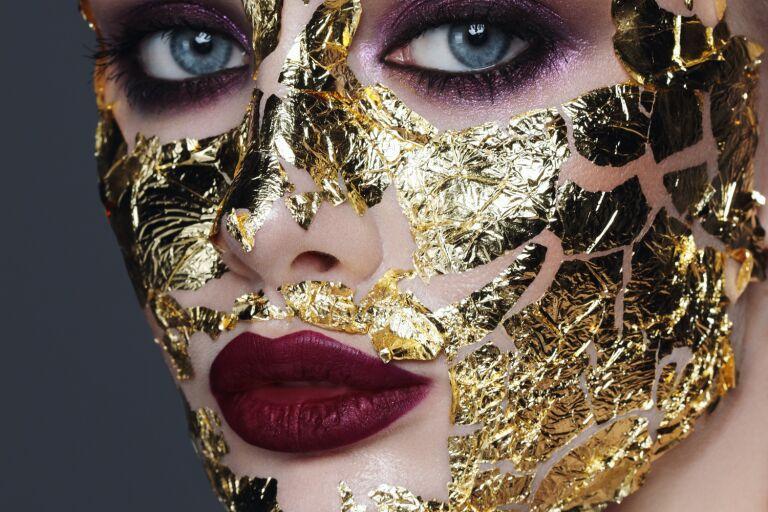 Девушка с пластинами золотой фольги на лице